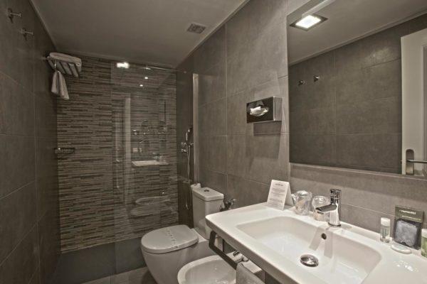 Hotel-Avenia-Pamplona-Vuelta-Espana-Bathroom